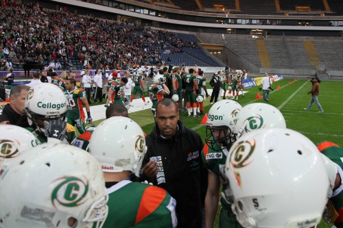 Archivbild: German Bowl 2010 in Frankfurt Kiel Baltic Hurricanes mit Coach Essume gegen die Berlin Adler