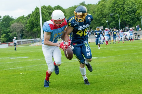 Linus Waydhas #46, Defense Back der Cardinals verhindert einen Catch