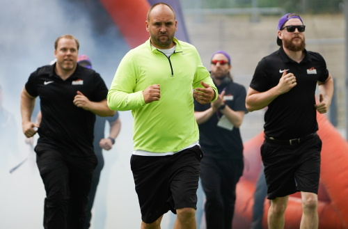 Thomas Kösling, Interims Headcoach Frankfurt Universe, läuft mit der Coaching Crew ein
